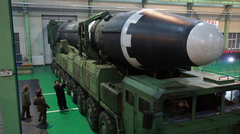 29日に試射が行われた大陸間弾道ミサイル(ICBM)「火星15」型と自走式発射台車両を視察する金正恩朝鮮労働党委員長(朝鮮中央通信=朝鮮通信)