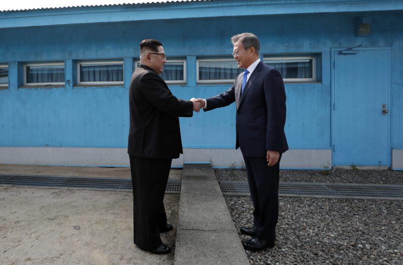 문재인 대통령과 김정은 국무위원장이 군사분계선에서 처음 만나 악수를 하고 있다.