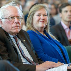 Bernie Sanders vor seinem Vortrag im Audimax der Freien Universität Berlin, rechts neben ihm seine Ehefrau (blaue Jacke)